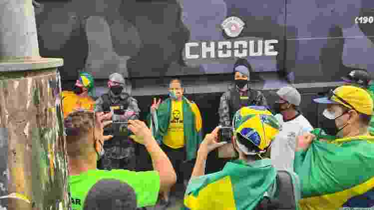 Apoiadores do presidente Jair Bolsonaro posam para fotos com agentes da Tropa de Choque - Leonardo Martins/UOL - Leonardo Martins/UOL