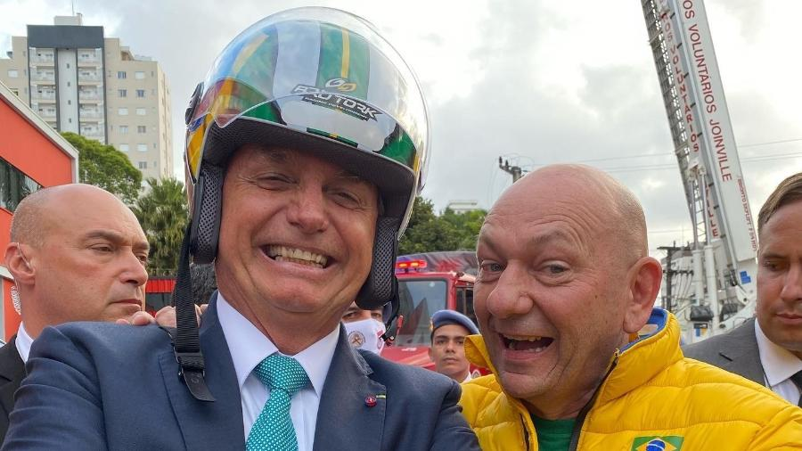 O empresário e presidente da varejista Havan, Luciano Hang, ao lado do presidente Jair Bolsonaro - Reprodução/Facebook