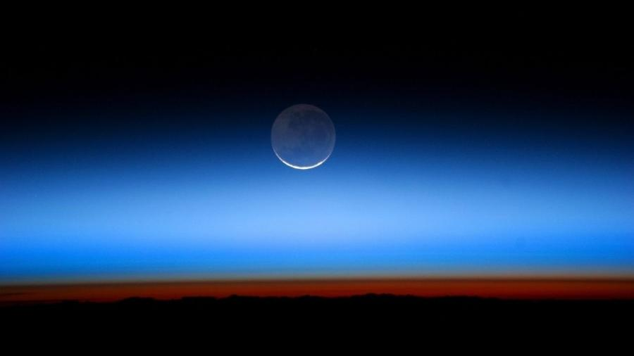 Brilho da Terra na lua, a partir da Estação Espacial Internacional, em 2011 - Divulgação / NASA