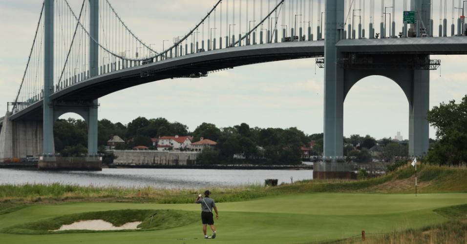 29.jun.2015 - Golfista treina no campo de golfe Trump Ferry Point, próximo à Whitestone Bridge, em Nova York. O campo, mantido pela organização de Donald Trump e localizado em um dos bairros mais pobres da cidade, custou 127 milhões à prefeitura local