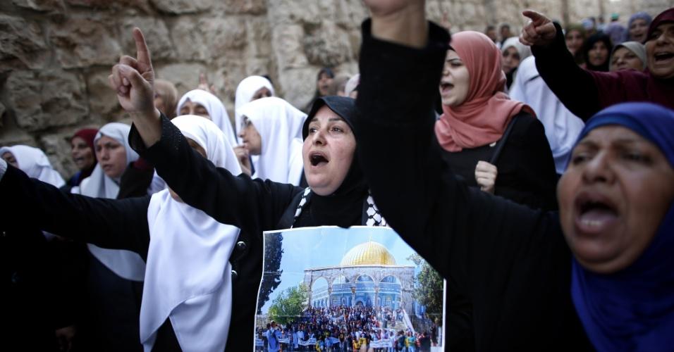 4.out.2015 - Mulheres palestinas protestam no bairro muçulmano da Cidade Velha de Jerusalém, em reação à atitude de Israel de barrar palestinos na Cidade Velha após dois ataques nas últimas 24 horas. A restrição estará em vigor durante dois dias, e permite que apenas judeus, turistas, moradores da área, empresários e estudantes acessem o centro antigo de Jerusalém