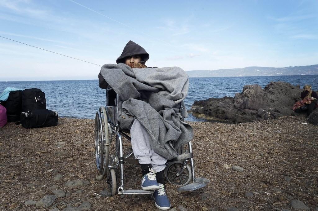 14.out.2015 - Migrante chega em cadeira de rodas na ilha de Lesbos, Grécia. Cerca de 710 mil imigrantes entraram na União Europeia (UE) nos primeiros nove meses do ano, segundo dados divulgados pela Agência de Controle de Fronteiras Exteriores (Frontex). Ainda de acordo com relatório, apenas em setembro, a cifra foi de 170 mil