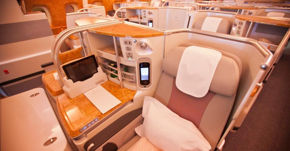 Assento da classe executiva do A380 tem bar individual com água e refrigerantes e uma espécie de tablet para controlar o sistema de entretenimento a bordo, a iluminação e as posições da poltrona
