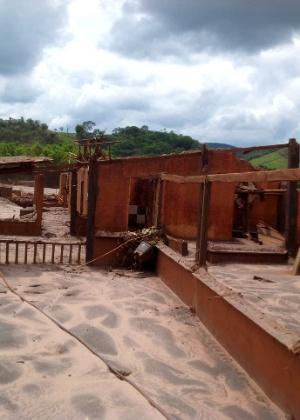 Os sinais de destruição da vila de Paracatu não deixam dúvidas sobre a dimensão do desastre após o rompimento da barragem do Fundão, da Samarco