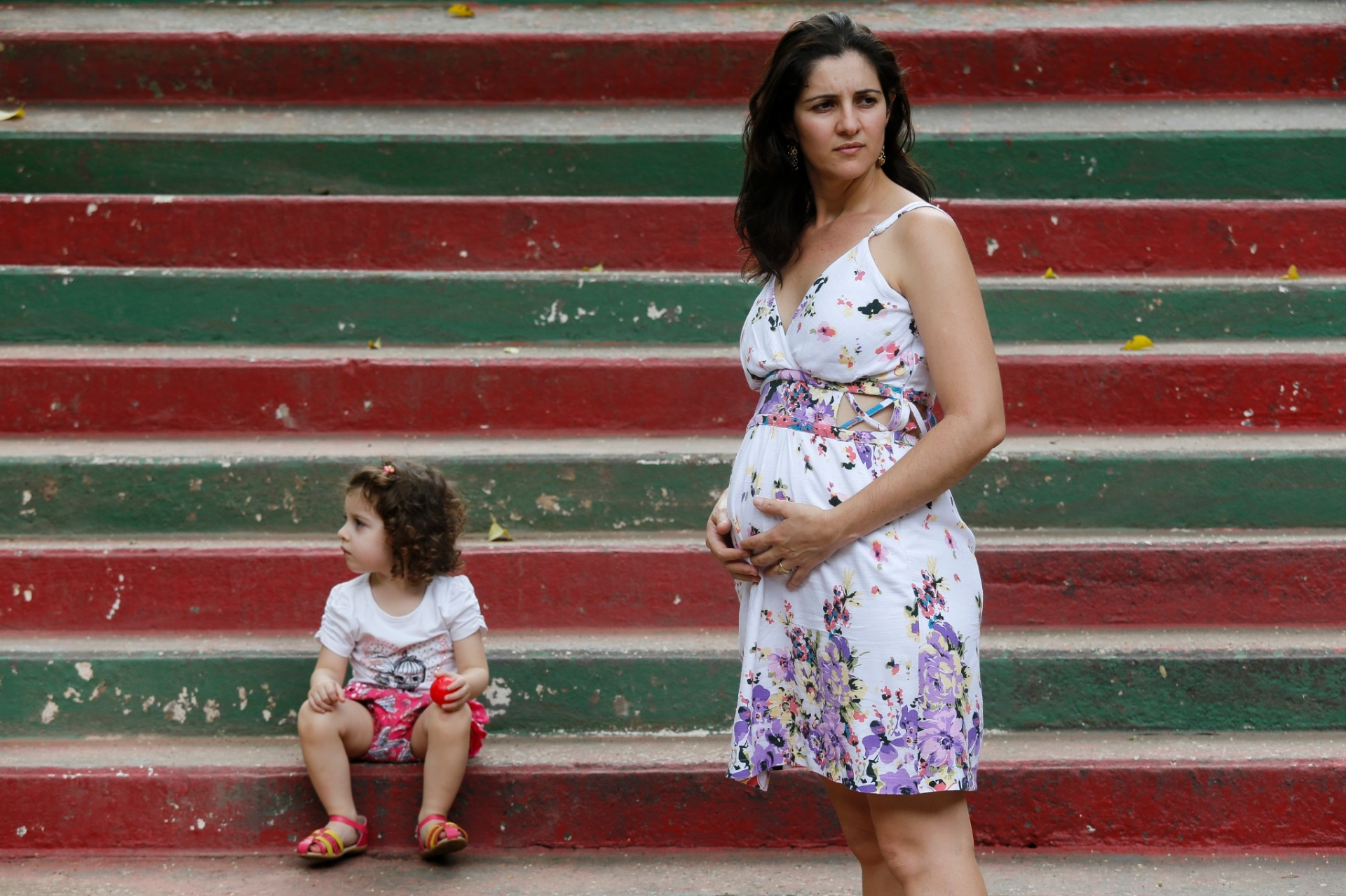 7.dez.2015 -  Nilma Guimarães Lima, 29, grávida, e sua filha Helena, 2, posam em parque na zona Norte de São Paulo, região da cidade que registra maiores índices de dengue e preocupa a dona de casa com a possível chegada do zika vírus