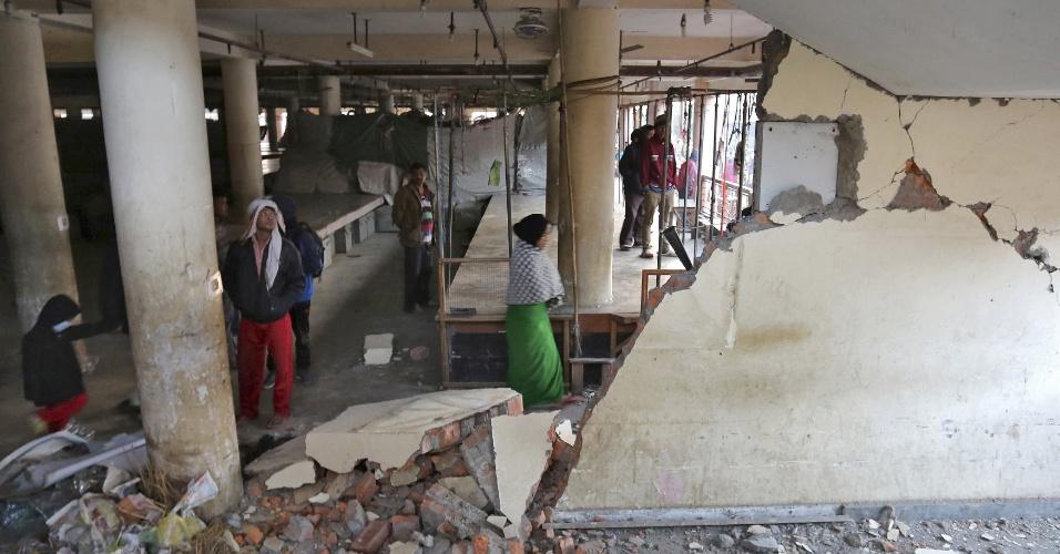 4.jan.2016 - Moradores inspecionam na cidade de Imphal o interior de prédio destruído pelo terremoto que atingiu o nordeste da Índia, perto das fronteiras com Mianmar e Bangladesh. Pelo menos duas pessoas morreram e outras dez ficaram feridas no tremor, que atingiu a magnitude 6,7 na escala Richter