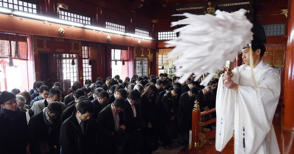 4.jan.2016 - Sacerdote xintoísta realiza ritual de purificação com executivos durante cerimônia anual de orações por um bom ano de negócios em Tóquio. Mais de 4.000 empresas japonesas planejam enviar executivos a templos da cidade nos primeiros dois dias úteis do ano