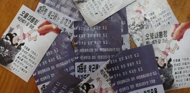 Panfletos que condenam o presidente sul-coreano, Park Geun-Hye, encontrados em Paju