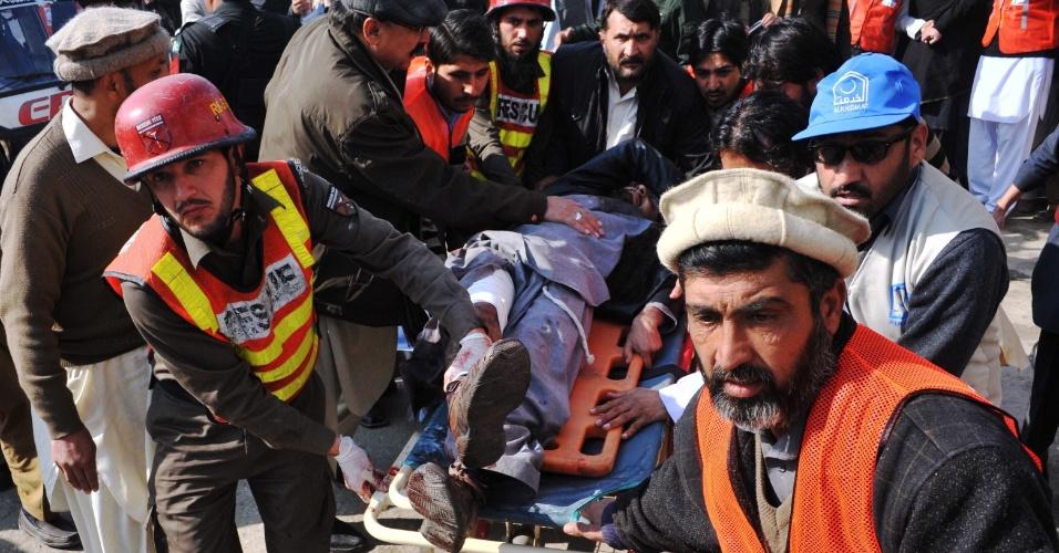 20.jan.2016 - Equipe médica transfere homem ferido para um hospital depois de ataque a uma universidade no norte do Paquistão. Homens armados invadiram o local e deixaram vários mortes e feridos