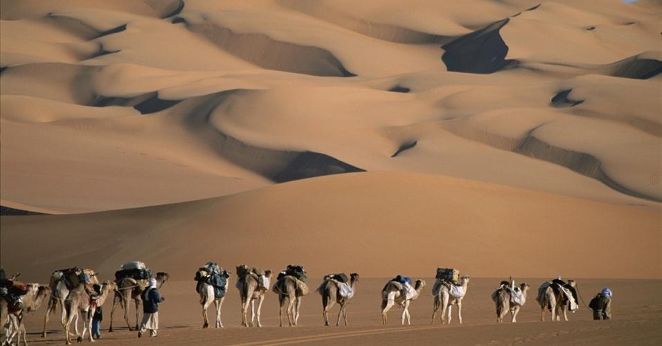 15.fev.2016 - Uma caravana cruza as dunas esculpidas do deserto do Saara. A imagem icônica do Saara são as dunas do horizonte, mas a maior parte do deserto é de planaltos rochosos