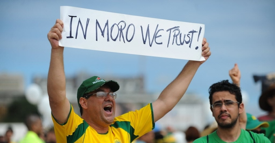 Faixa erguida por um manifestante na frente da Esplanada dos Ministérios, em Brasília, expressa confiança no trabalho do juiz Sérgio Moro