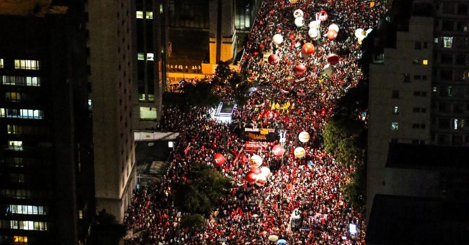 18.mar.2016 - Na avenida Paulista, em São Paulo, ato pela democracia reúne manifestantes a favor do governo Dilma Rousseff