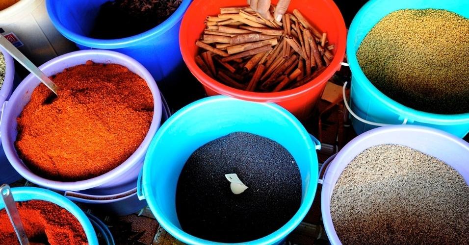21.mar.2016 - Especiarias frescas a venda em um mercado em Fiji. O arquipélago é conhecido pelo cultivo de baunilha, canela, noz-moscada, cúrcuma, pimenta em grãos, gengibre e cardamomo, entre outras temperos