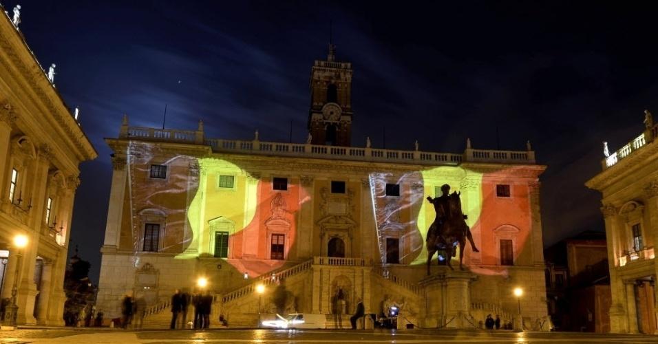 22.mar.2016 - A bandeira belga foi reproduzida nas paredes do Campidoglio, em Roma, na Itália, para mostra a solidariedade com a população da Bélgica após atentado terrorista que matou mais de 30 pessoas e deixou cerca de 100 feridas