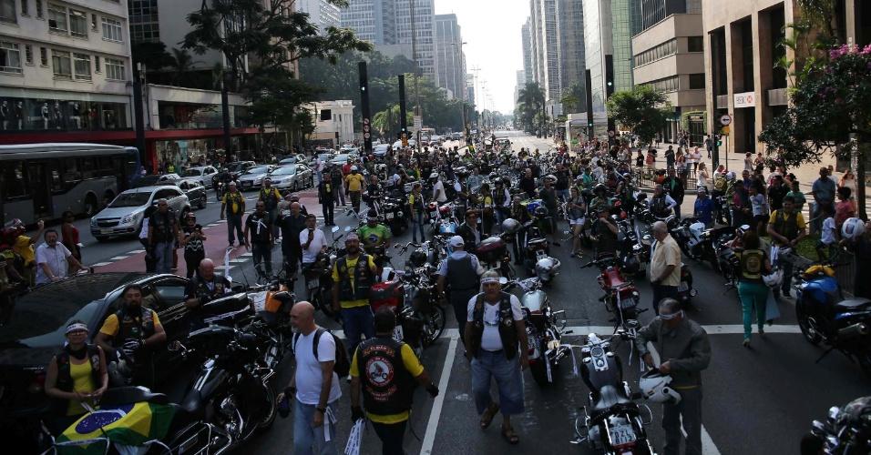 6.abr.2016 - Em carreata por São Paulo (SP), caminhoneiros e motoqueiros fazem protesto contra a presidente Dilma Rousseff (PT) e o ex-presidente Luiz Inácio Lula da Silva (PT). Na foto, manifestantes se reúnem na avenida Paulista, região central da cidade