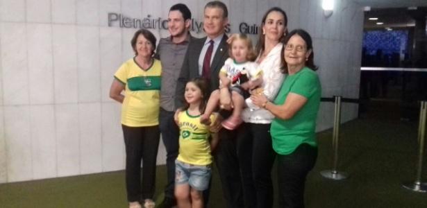 Deputado paranaense Evandro Roman com a família no saguão da Câmara