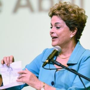 """Dilma quer passar a imagem de que o governo ainda não """"jogou a toalha"""""""