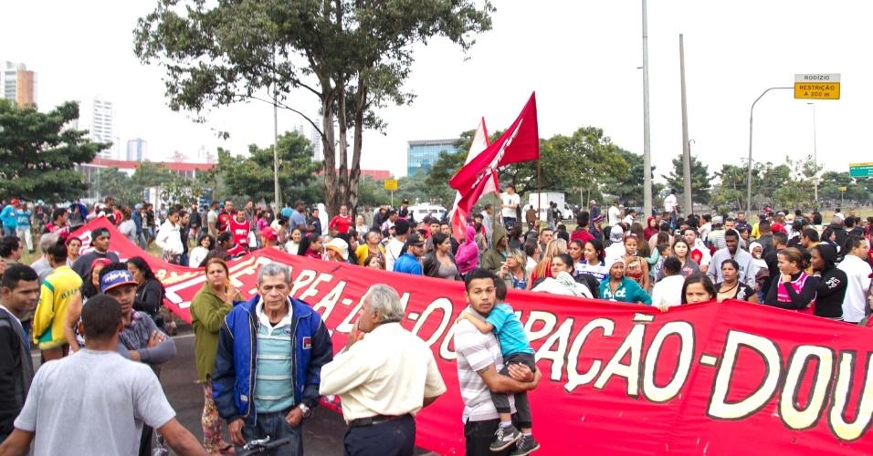 10.mai.2016 - Manifestantes interditam a Marginal Tietê, próximo à Ponte do Tatuapé, em São Paulo (SP). O ato é contra o impeachment da presidente, Dilma Rousseff. Manifestantes entraram em confronto com a Polícia Militar, que usou balas de borracha e bombas para dispersar a manifestação. Uma pessoa foi presa