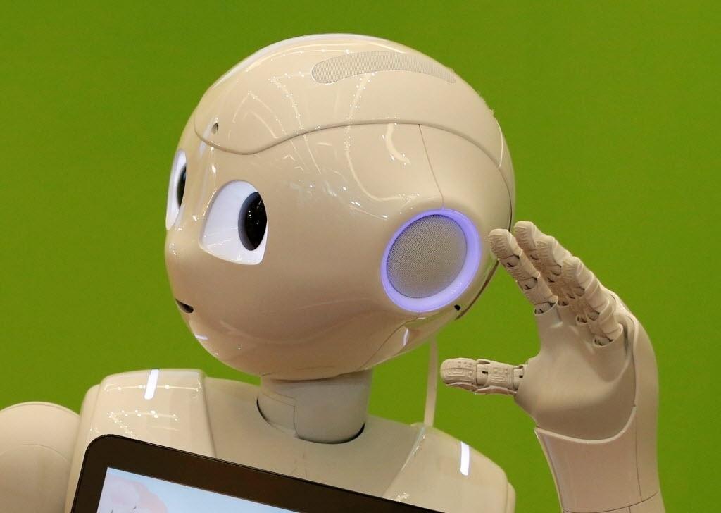 """20.jul.2016 - A empresa de tecnologia e telecomunicação SoftBank exibe seu robô humanoide conhecido como """"Pepper"""" na abertura de uma exposição de verão em Tóquio, no Japão. A máquina foi desenvolvida para captar emoções e interagir com seres humanos"""