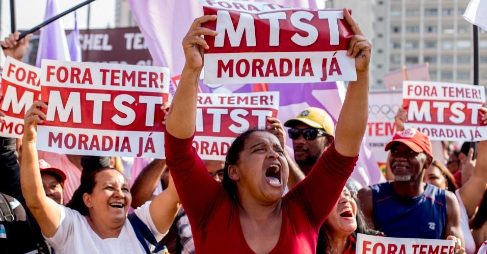 31.jul.2016 - Manifestantes ligados ao MTST (Movimento dos Trabalhadores Sem Teto) pedem por moradia em protesto realizado em São Paulo, no Largo da Batata, a favor da presidente Dilma (PT) e contra o interno Michel Temer (PMDB). O ato foi convocado pro movimentos sociais e centrais sindicais