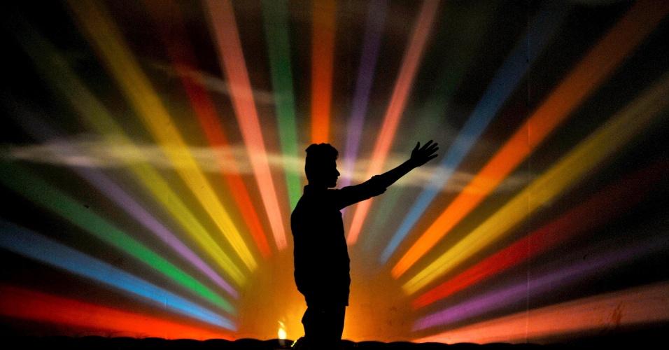 31.ago.2016 - Assistente de palco verifica as luzes no backstage antes do início de peça de teatro mitológica em Bengaluru, na Índia