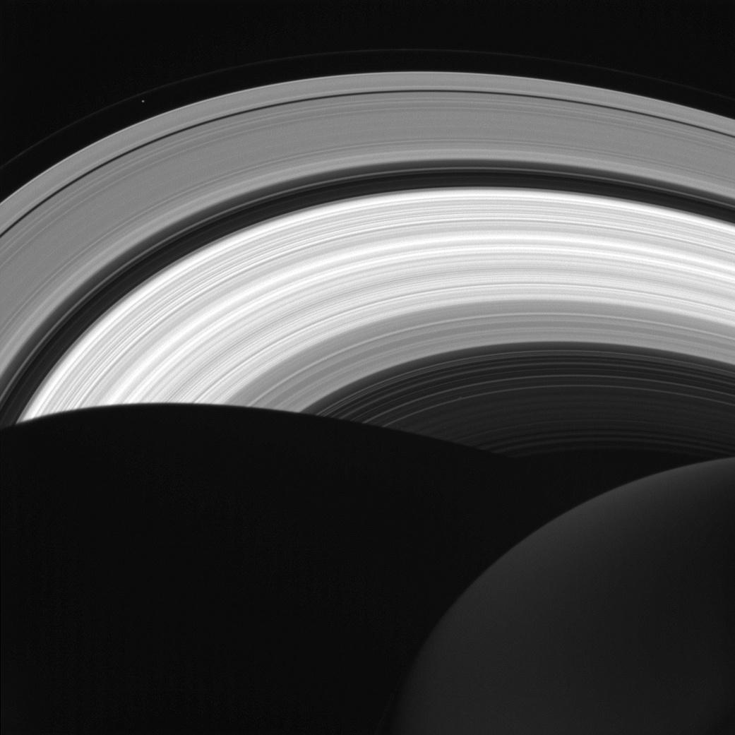 A NOITE DE SATURNO - Esta foto tirada pela missão Cassini e divulgada pela Nasa mostra belos pequenos detalhes do lado noturno de Saturno. O globo escurecido do planeta pode ser visto no canto inferior direito e sua sombra se espalha pelos anéis de Saturno. A imagem mostra que até durante o lado noturno os anéis seguem iluminados pelo Sol, com exceção da sombra feita pelo planeta. Acima à esquerda ainda é possível observar a pequena lua Prometheus