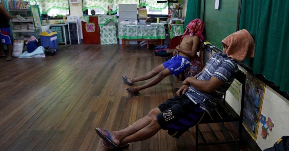 24.set.2016 - Participantes de programa de reabilitação de usuários de drogas descansam em uma sala, em La Union, Filipinas