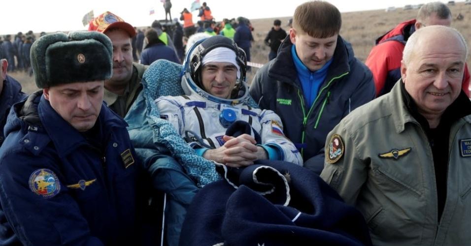 DE VOLTA À TERRA - O módulo de descida da nave russa Soyuz MS-01, com três tripulantes a bordo, aterrissou neste domingo com sucesso nas estepes do Cazaquistão, informou o Centro de Controle de Voos Espaciais (CCVE) da Rússia. Na cápsula retornaram à Terra os cosmonautas russo Anatoli Ivanishin (foto), o japonês Takutya Onishi e a americana Kathleen Rubins, que ficaram em uma missão de quase quatro meses na Estação Espacial Internacional
