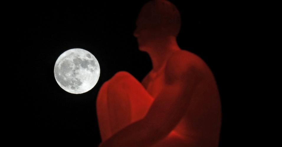 A superlua e uma das sete estátuas do artista Jaume Plensa na praça Massena, em Nice, França