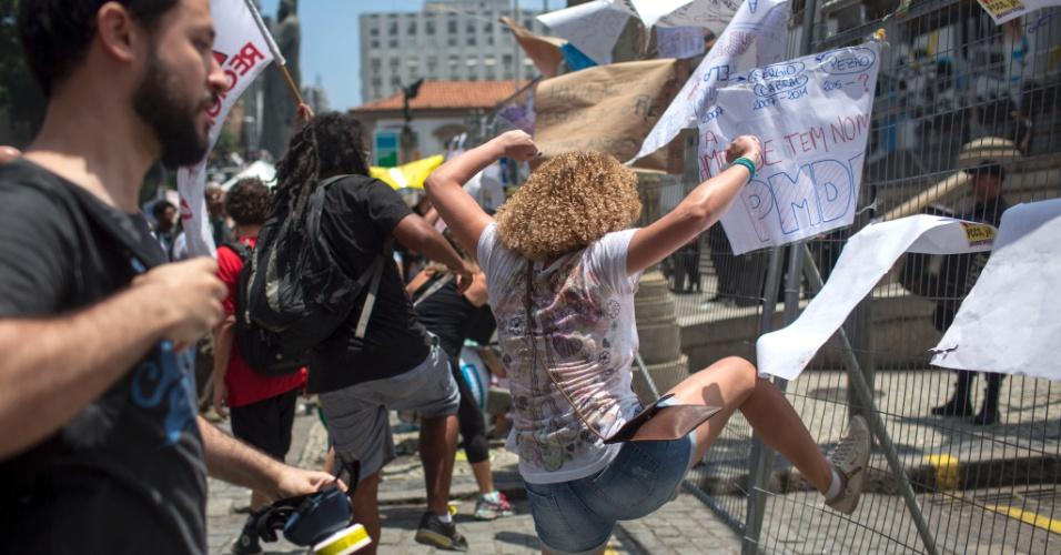 16.nov.2016 - Manifestante tenta derrubar grade de proteção na Alerj (Assembleia Legislativa do Rio)