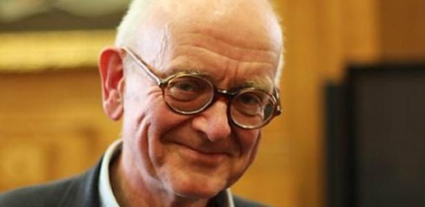 """O renomado cirurgião britânico Henry Marsh, autor do livro """"Sem Causar Mal"""", sobre histórias de vida, morte e neurocirugia"""