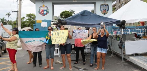 6.fev.2017 - Familiares de policiais militares protestam na frente o Quartel do Comando Geral da Polícia Militar, em Vitória