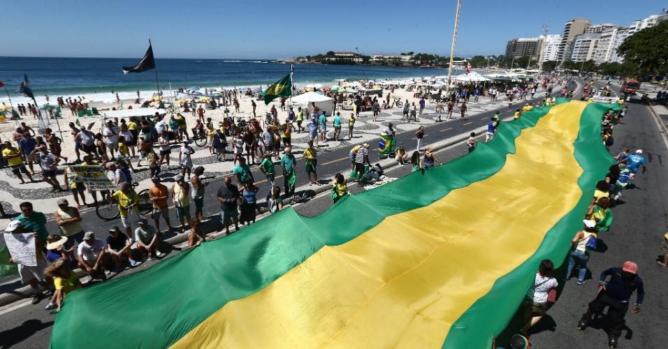 26.mar.2017 - Manifestantes se reúnem na praia de Copacabana, Rio de Janeiro, para protestar a favor da Operação Lava Jato e contra a impunidade da classe política. Segundo a própria organização, o movimento foi abaixo do esperado