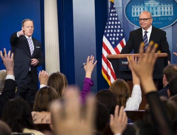 16.mai.2017 - Ao lado do secretário de imprensa Sean Spicer, o general H. R. McMaster responde a questões dos jornalistas sobre a informação de inteligência que Trump teria repassado aos russos