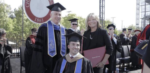 Judy ganhou diploma junto com seu filho Marty na Universidade de Chapmam