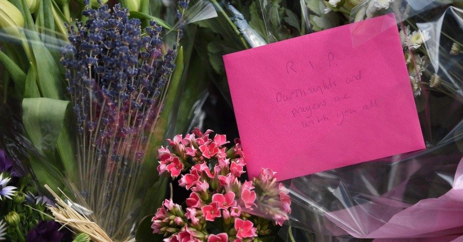25.mai.2017 - Flores e mensagens de apoio às vítimas do atentado em Manchester são colocados na praça St Ann