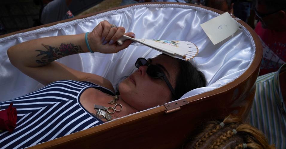 Vivos se fingem de mortos em festa religiosa na espanha for Muebles munoz santa marta
