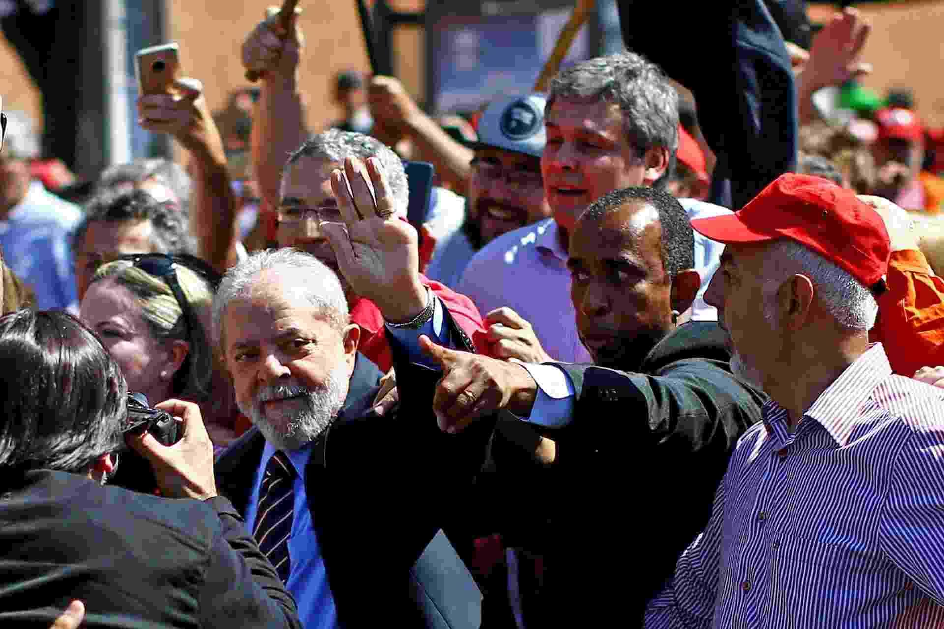 """Lula chegou à Justiça Federal apoiado por centenas de manifestantes; segundo o ex-presidente, há uma """"trama jurídica"""" para que ele não seja candidato novamente no ano que vem - Heuler Andrey/AFP Photo"""