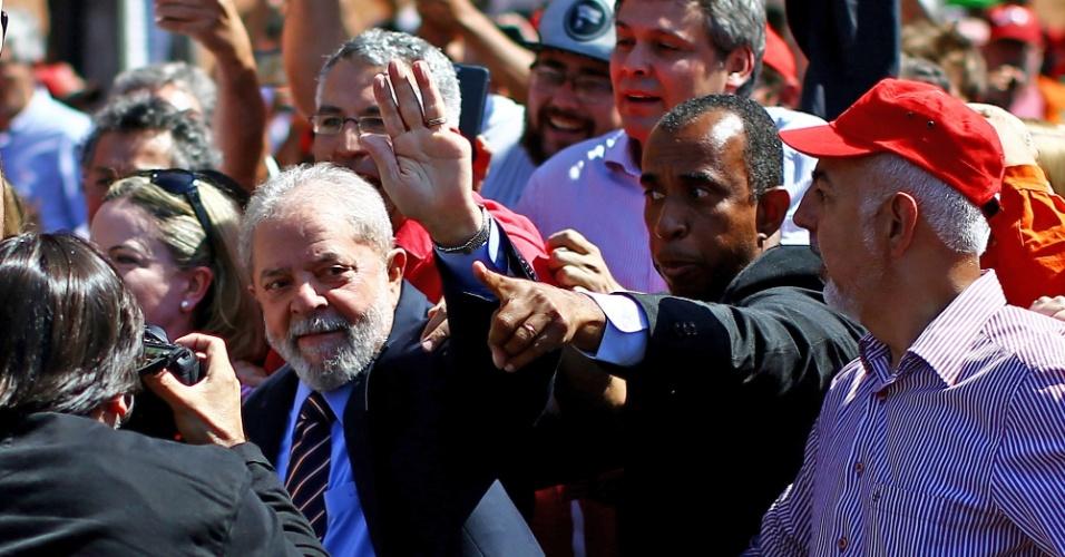 """Lula chegou à Justiça Federal apoiado por centenas de manifestantes; segundo o ex-presidente, há uma """"trama jurídica"""" para que ele não seja candidato novamente no ano que vem"""