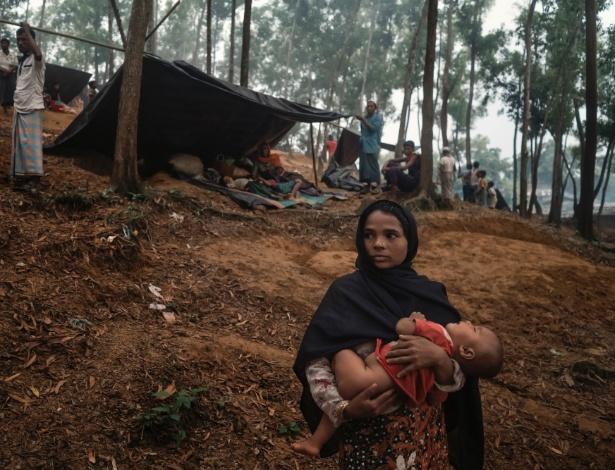 Campo de refugiados rohingyas em floresta próxima a Kutupalong, em Bangladesh