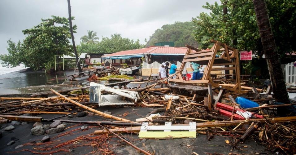 Pessoas observam os destroços de um restaurante que foi destruído após a passagem do furacão Maria na ilha de Martinique