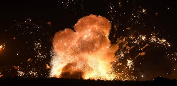 Explosões em depósito de munição perto de Kalinivka, Ucrânia - Sergei Supinsky/ AFP