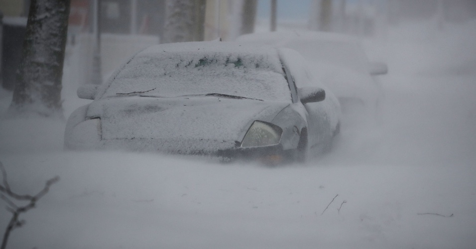4.jan.2018 - Carro é parcialmente coberto por neve durante tempestade em Ocean City, Maryland