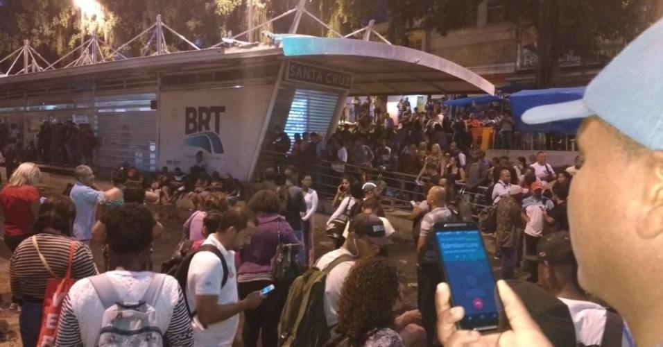 15.fev.2017 - Após forte chuva, estação do BRT de Santa Cruz, na zona oeste oeste da capital, amanheceu fechada e superlotada. Internautas relatam espera pela abertura do serviço