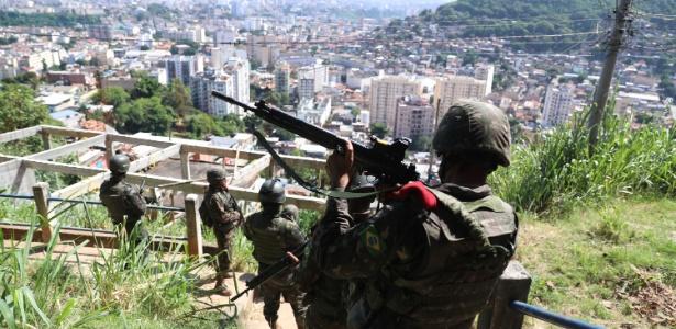 27.mar.2018 - Militares fazem operação nesta terça (27) no Complexo do Lins