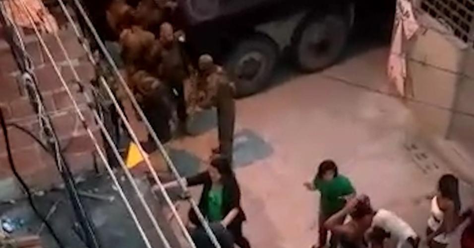 21.ago.2018 - Frame vídeo Redes da Maré