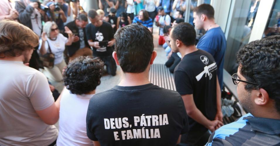 7.set.2018 - Simpatizantes rezaram diante do Hospital Israelita Albert Einstein, na zona sul de São Paulo, para onde foi transferido o candidato do PSL à Presidência da República, Jair Bolsonaro, na manhã de sexta-feira