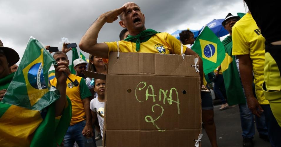 """21.out.2018 - Homem vestido de """"caixa 2"""" em ato a favor do candidato do PSL à Presidência, Jair Bolsonaro, em Brasília"""