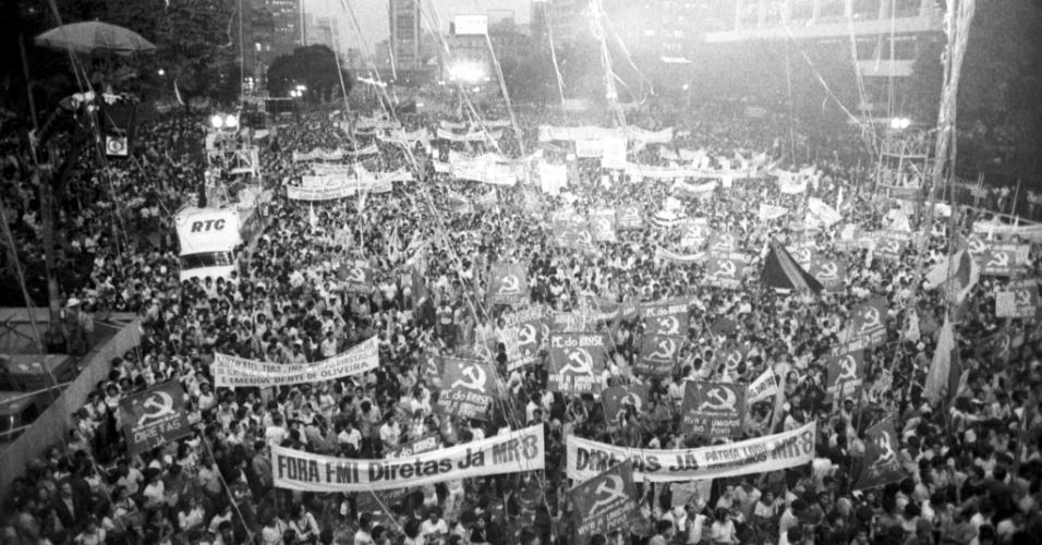 """16.abr.1984 -  Multidão durante comício pelas """"Diretas Já, no Vale do Anhangabaú, em São Paulo (SP)"""