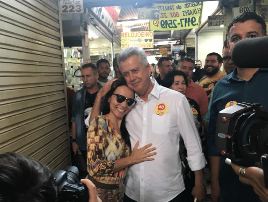 23.out.2018 - Rollemberg posa com eleitora na Feira dos Importados de Taguatinga